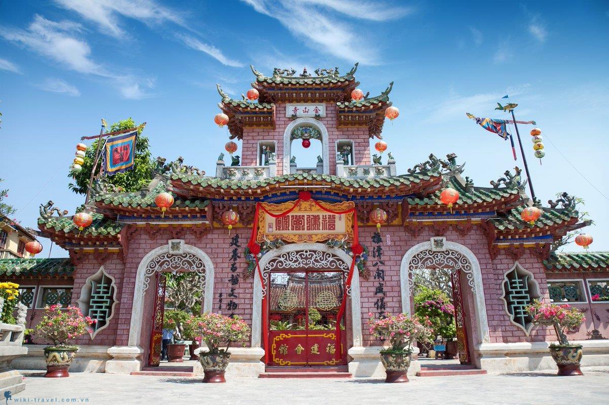 Đền Quan Đế cách villa 3,5 km
